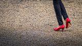 rote Schuhe im Kies von Rudolf Ganz
