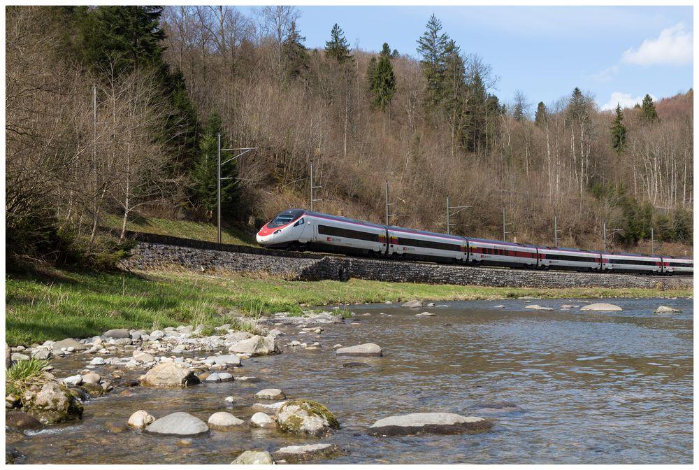 EC 17 (Zürich - Milano) über stillgelegte Strecke (Vergleichsbild)