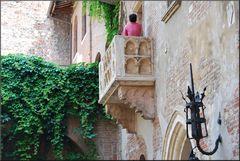 Ecco  finalmente il  Balcone  con Giulietta , però di spalle :-))))...non ho pagato!!!