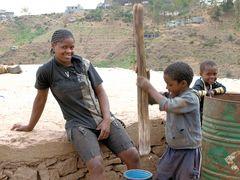 Echte Handarbeit (Szene am Straßenrand in Cabo Verde)