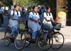 Ecolières à / Schoolgirls at ...