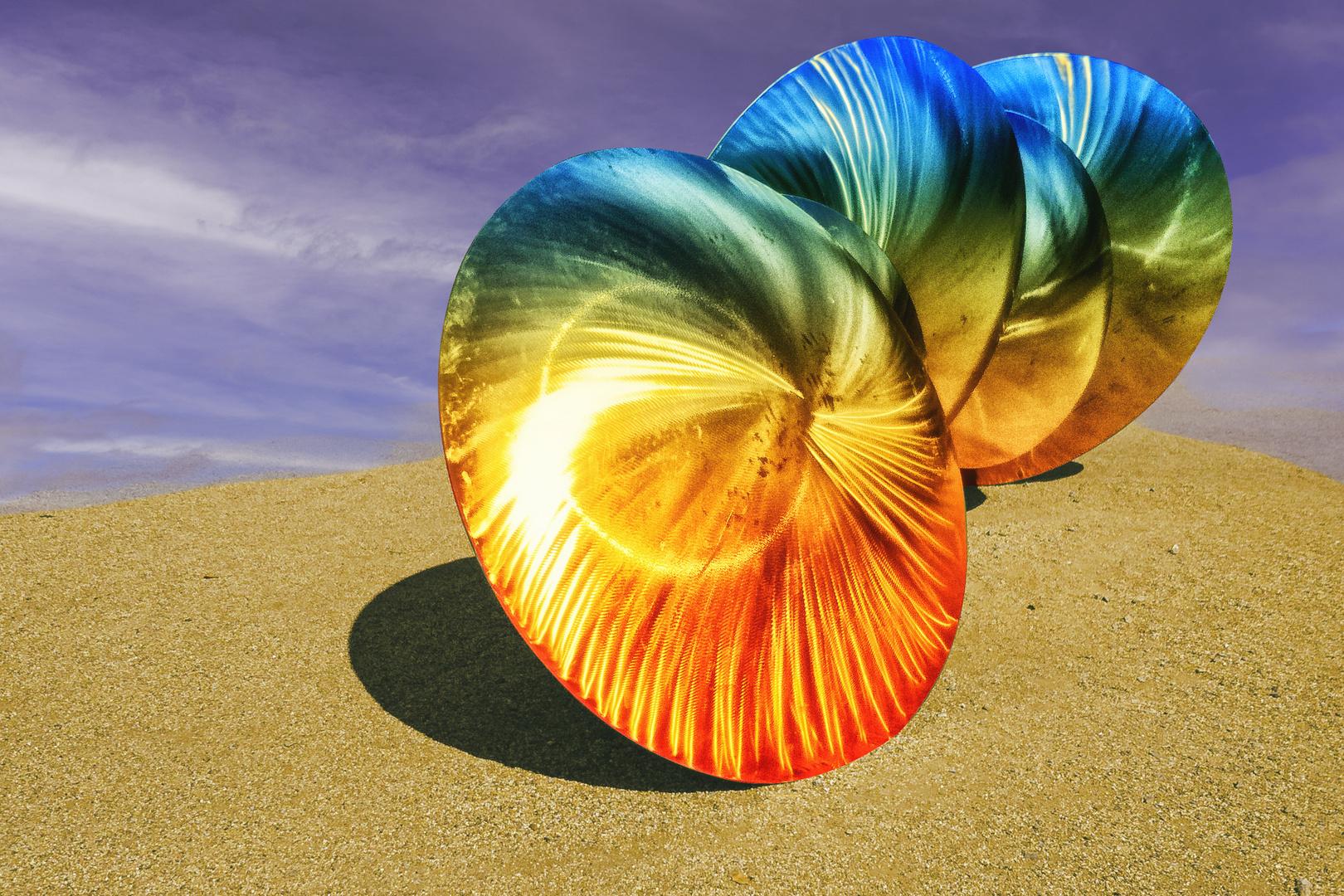 Edelstahlskulptur mit Lichteffekten in der Sonne