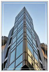 Edificio esquinera de cristal GKM3