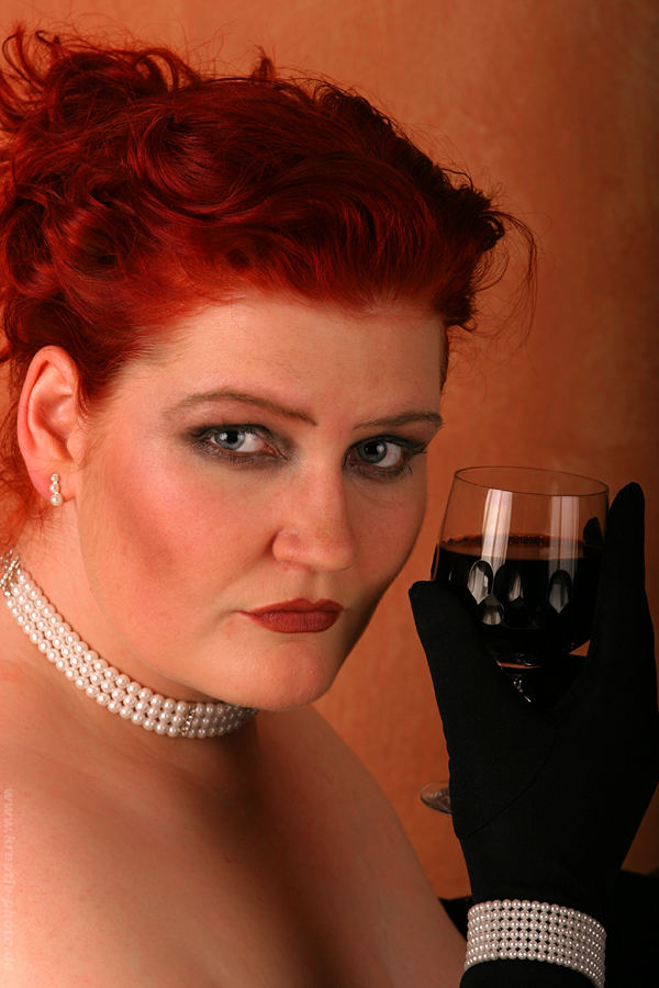 Edler Wein, kredenzt an edler Dame