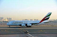 Ein A 380 auf dem Weg zur Startbahn in Dubai
