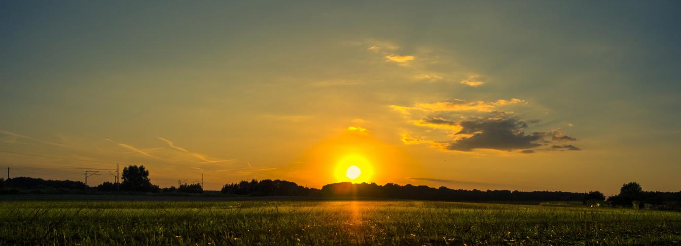 Ein Acker, der Sonnenuntergang
