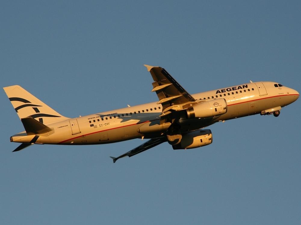 Ein Airbus A320 der Aegean Airlines aus Griechenland kurz nach dem Start