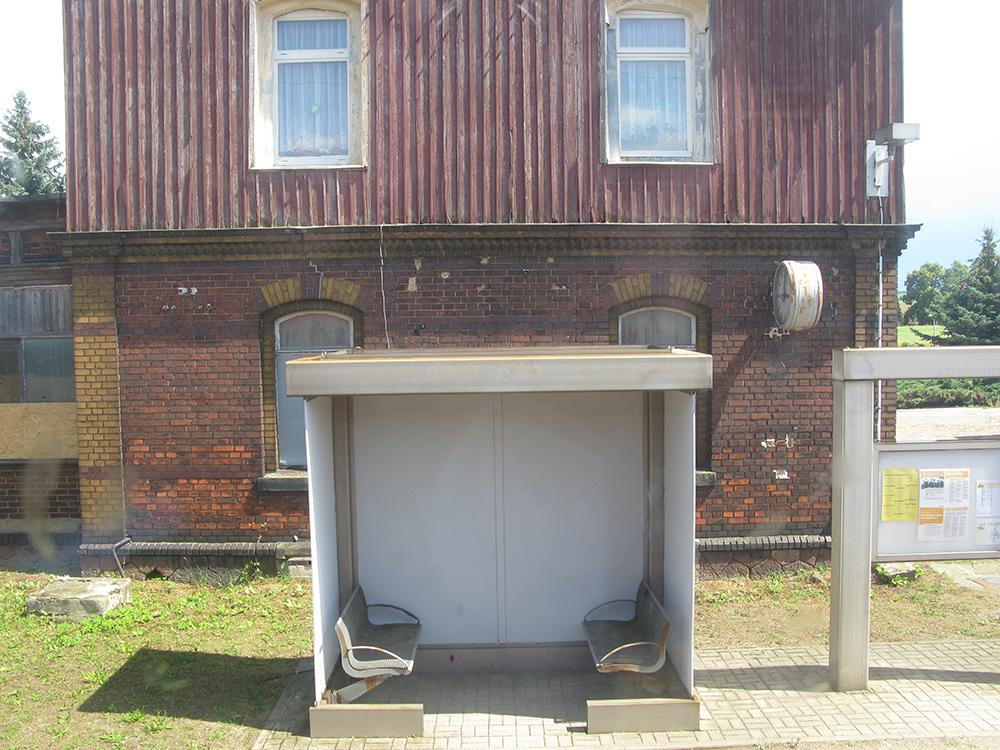 Ein alter Bahnhof mit Wartehäuschen in Sachsen