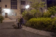 Ein Antragsteller vor dem Rathaus Bernburg