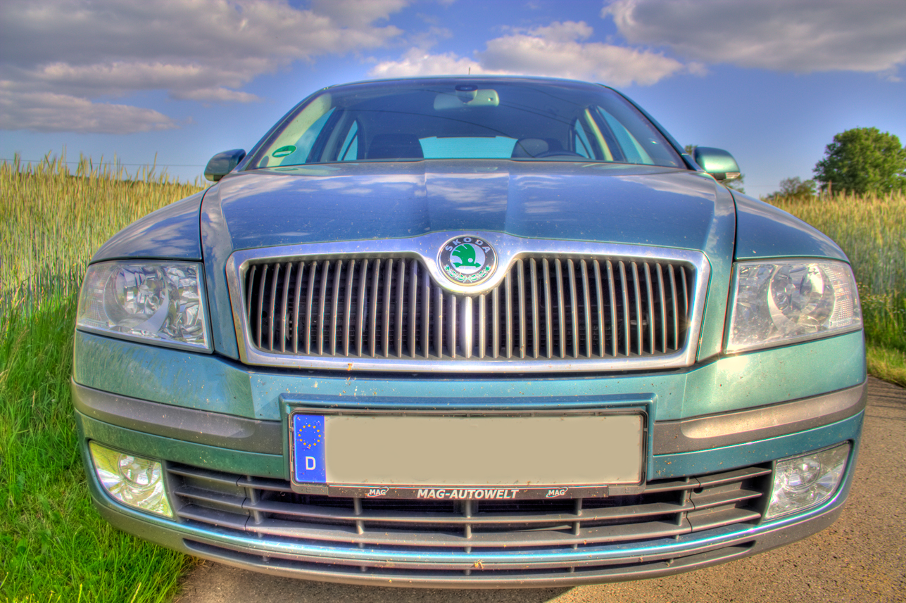 Ein Auto am Kornfeld