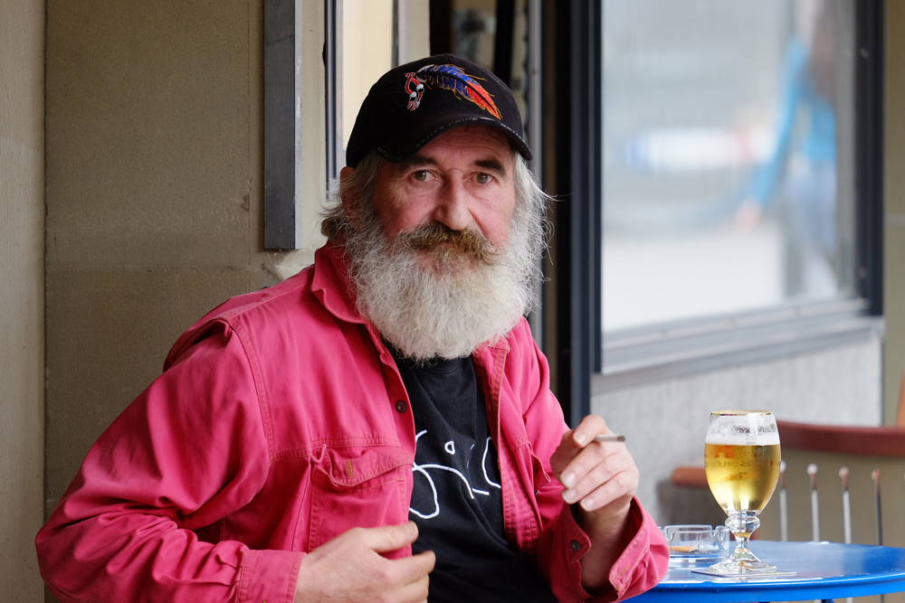 Ein bärtiger Bä(e)rner genießt sein Bier.