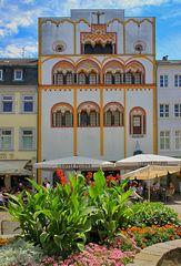 Ein beachtenswerter Anblick ist auch das Dreikönigshaus in der Fußgängerzone in Trier.