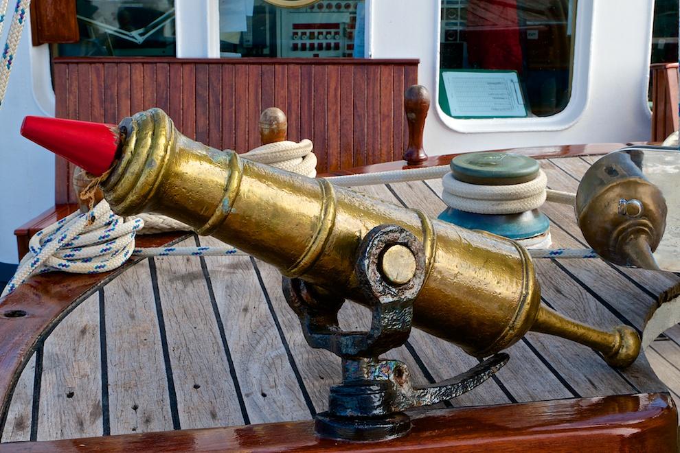 Ein betagtes, historisches Schiffszubehör