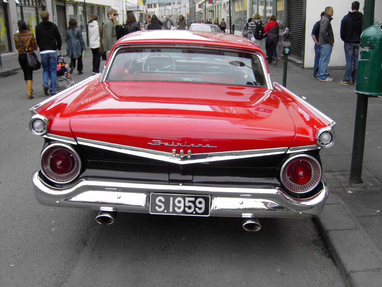 Ein bildschönes, knallrotes Auto