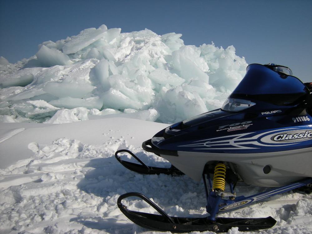 Ein Binnensee erzeugt einen Eisberg