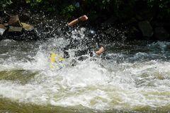 Ein bißchen naß war es schon - aber der Schüler fiel nicht ins Wasser sondern kam durch
