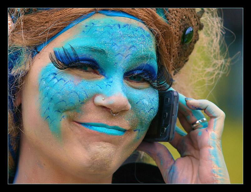 Ein blaues Lächeln am Telefon