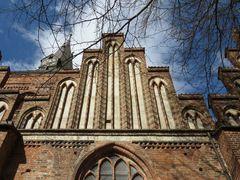 Ein Blick nach oben an der Südfront der Katharinenkirche in Salzwedel (13. Jh.)