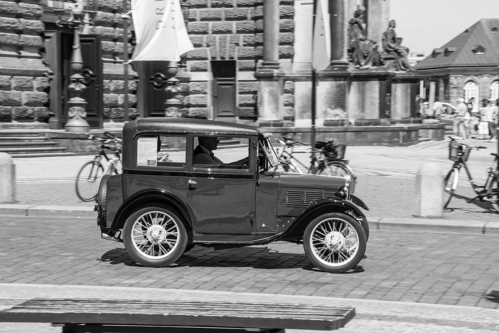 Ein BMW DIXI an der Semperoper in Dresden