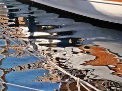 ein Boot im Hafenwasser