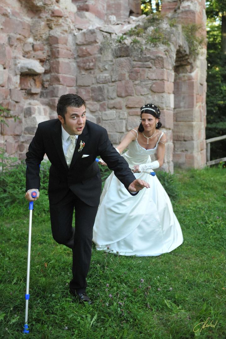 ein Bräutigam hat es nicht leicht, wenn er mit Krücken zur Hochzeit erscheint.