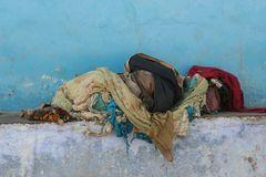 Ein Buendel Armut India Ca-09-col Schlafplatz