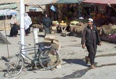 Ein Bürgersteig und die Bürger und Melonen und das Fahrrad