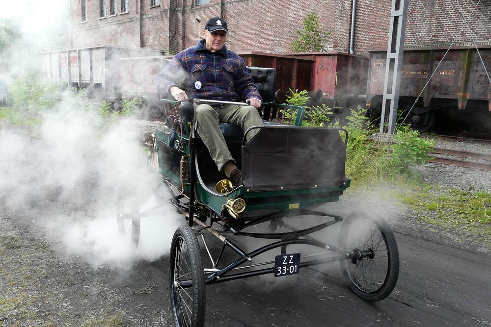 """ein """"Dampfauto"""" - eines der ersten Modelle, noch im Design der Kutsche"""