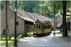 Ein Dorf perfekt mit einer Straßenbahn aus alter Zeit