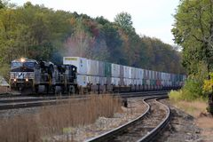 Ein Double Stack Container Freight Train erreicht die Stadtgrenze von Cresson, PA