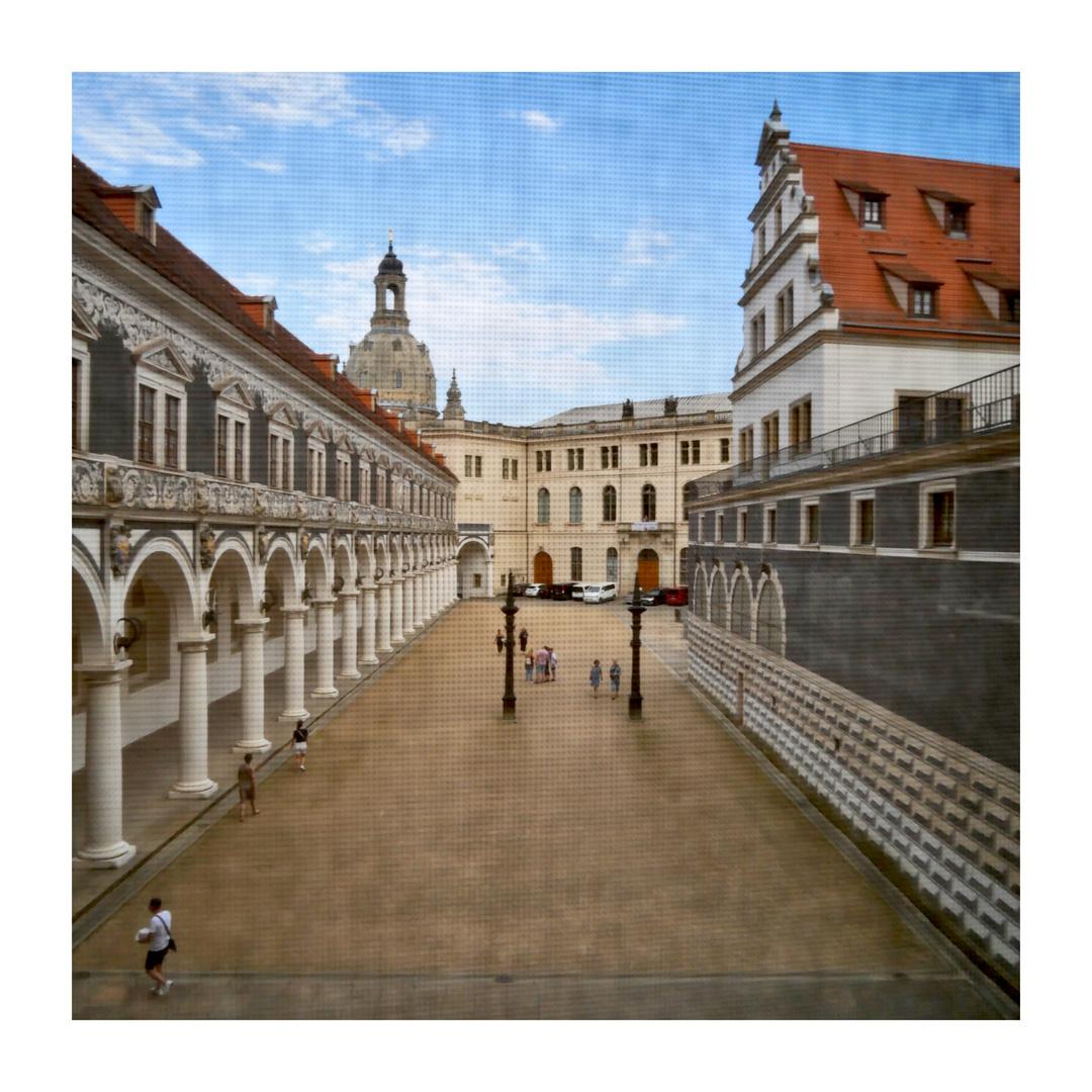 Ein Durchblick durch des Schlosses Lichtschutz-Screen - über den Stallhof zur Frauenkirche hin!