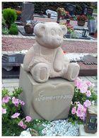 Ein freundlicher Bär als Grabstein