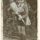 Ein gequältes Lächeln für's Erinnerungsfoto 1948
