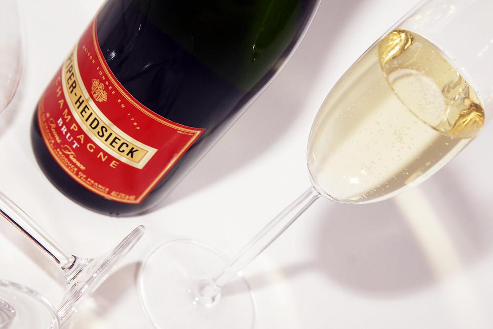 Ein Glas Champagner ?