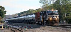 Ein Güterzug mit über 100 Tankwagen passiert Cresson angeführt von NS#9597, PA, USA