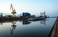 Ein Hafenkran in gelb am Hafen ...