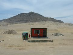 """Ein Haus in der Wüste (mit eigenem """"Auto"""")."""