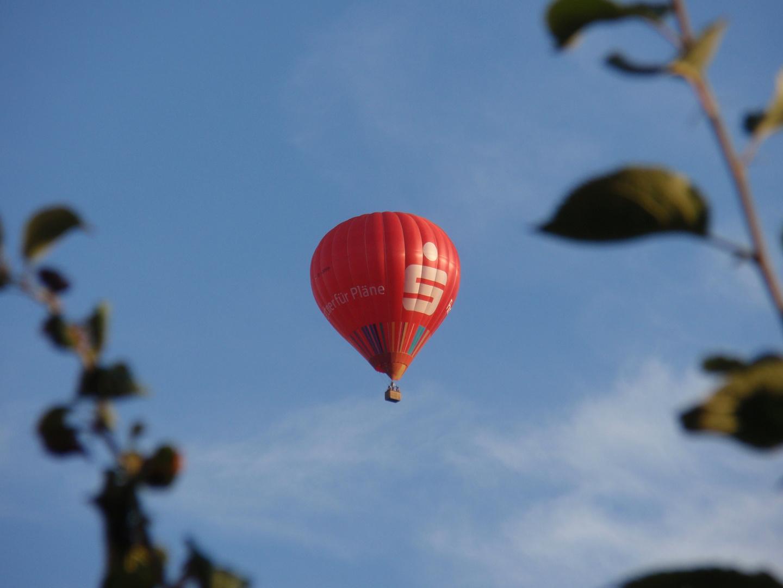 Ein Heißluftballon am Himmel über Münster