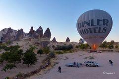 Ein Heißluftballon beim Aufstieg -