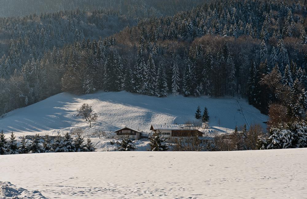 Ein Hof im Schnee