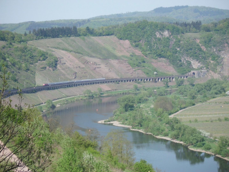 Ein IC auf dem Pündericher Viadukt