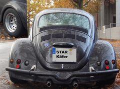 Ein Käfer mit Reifen so breit wie die Kotflügel