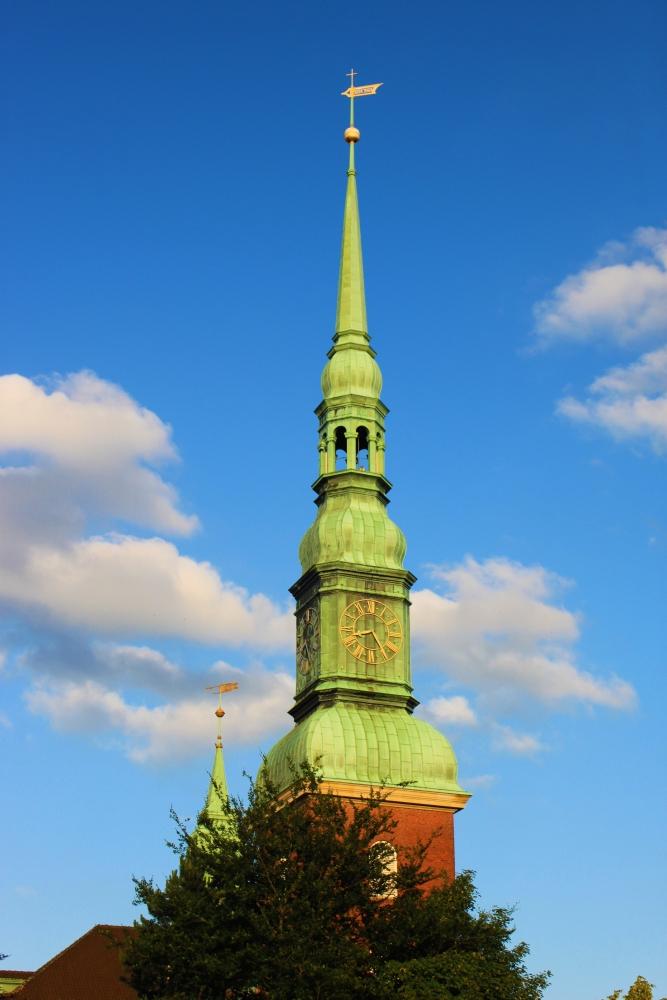 ein Kirchturm in Hamburg
