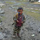 Ein kleiner Junge im Bergdorf Samdo in der Manaslu-Region