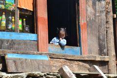 ein kleines Nepali Mädchen in den Bergen