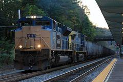 Ein Kohlezug der CSXT fährt durch die Amtrak Station in White Sulphur Springs, WV,USA