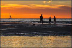 ...ein Kommen und Gehen am Meer... - ...eingetaucht in rot-goldenem Licht...
