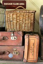 Ein Korb und verschiedene Koffer