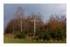 Ein Kreuz am Waldrand