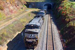 Ein leerer Kohlezug der Norfolk & Southern mit NS#9223 als Führungslok verlässt den Alegheny Tunnel